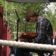 Bilder ifrån spelträffar i spelstugan. Flera framträdanden gjordes från altan men det spelades även musik i buskarna. Kolbullarna gick åt som smör i solsken. Vid sista träffen delades stipendium ut.